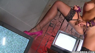 Busty beauty Jenny Hendrix gets horny and naughty